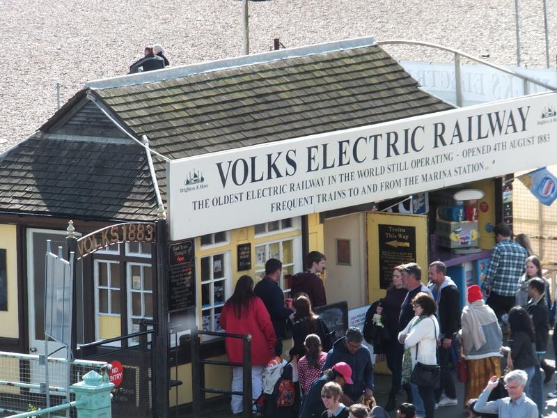 Einsteigen bitte! Die Volk's Electric Railway fährt ab!