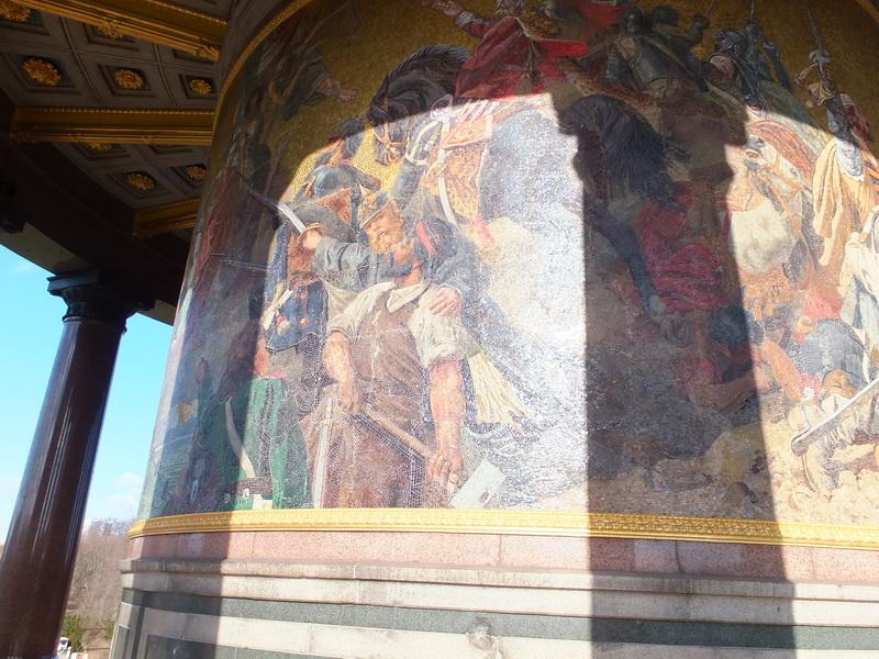 Mosaik um den Sockel der Siegessäule