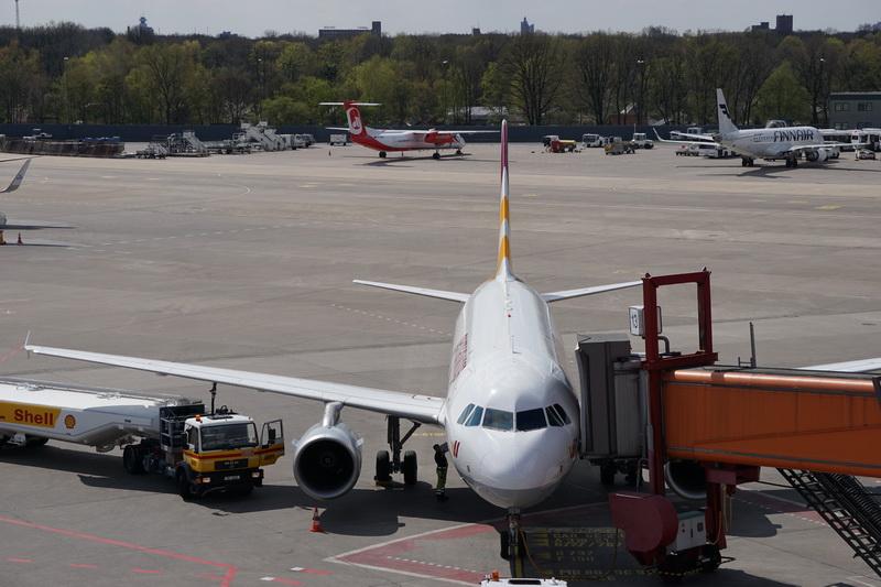 warten auf dem Rollfeld Flughafen Tegel
