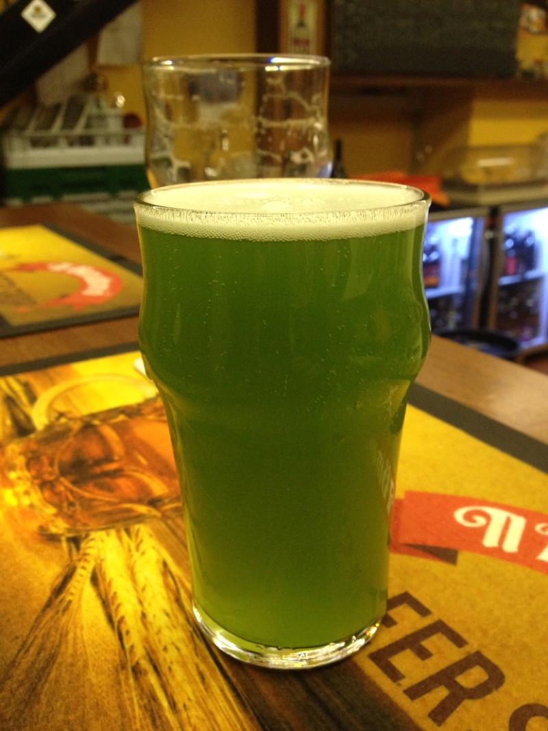 Grünes Bier in Como
