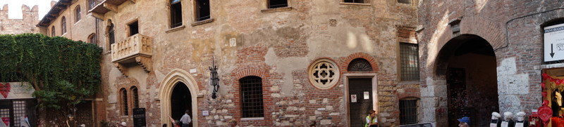 der Hof mit Balkon