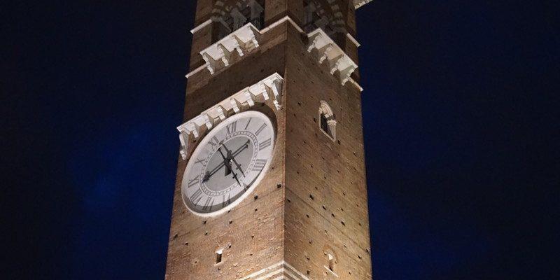 Torre dei Lamberti bei Nacht