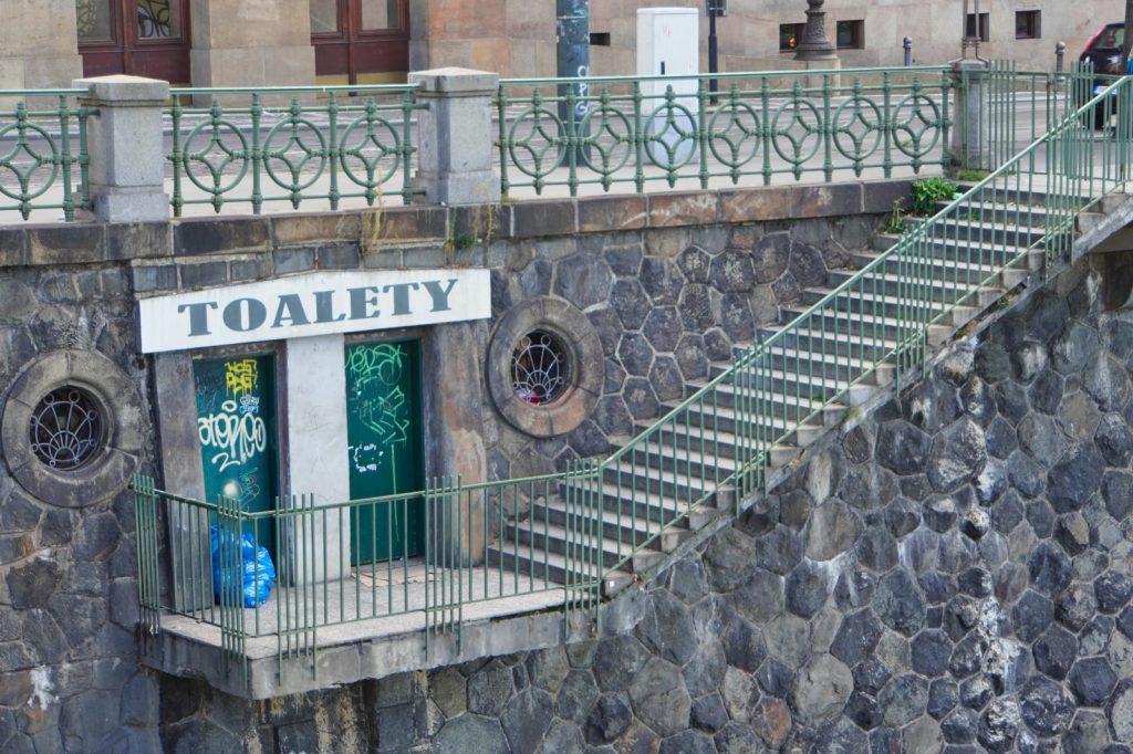 Prag toilette am Ufer der Moldau