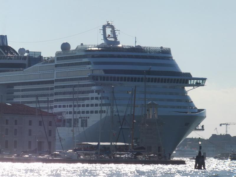 Schiff verlässt den Hafen