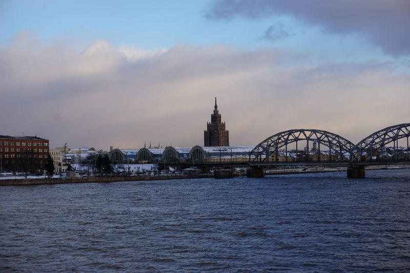 """Düna in Riga - Blick zum Zentralmarkt und """"Stalins Geburtstagstorte"""""""