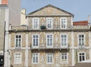 Kachelkunst in Lissabon - bunte Hausfassade