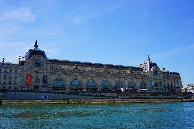 Musée d'Orsay am Ufer der Seine in Paris