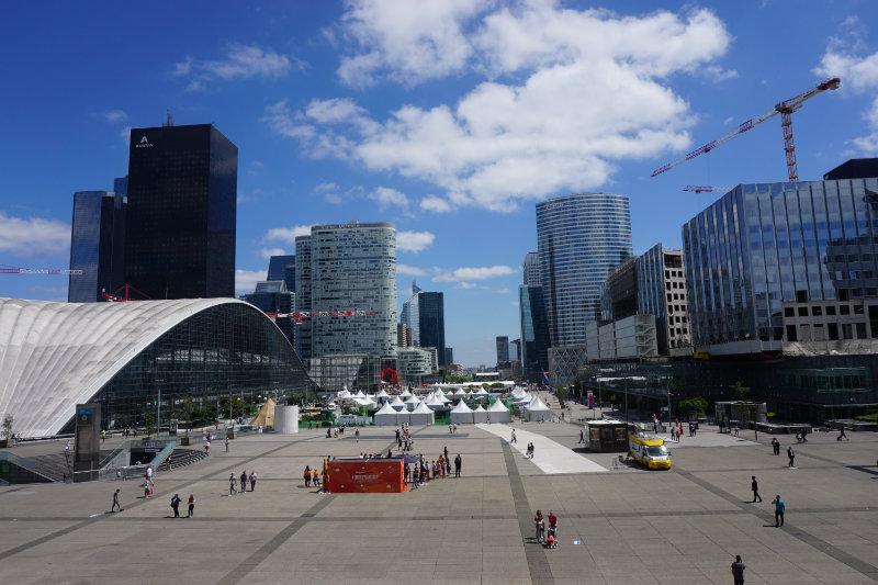 La Défense - Blick vom Grande Arche in die Fußgängerzone