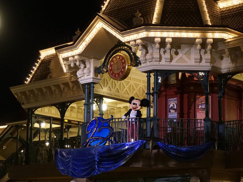 Disneyfiguren erleben Mickey sagt gute Nacht