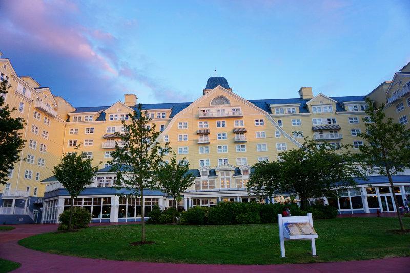 Übernachten im Disney Hotel Newport Bay