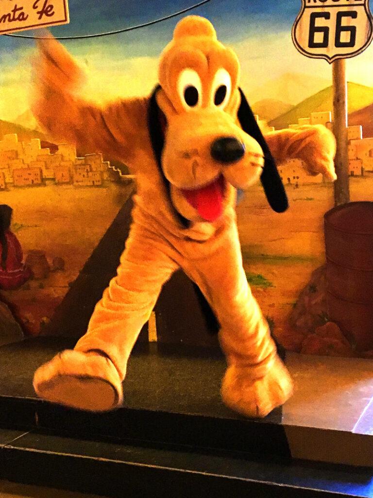 Disneyfiguren erleben Pluto