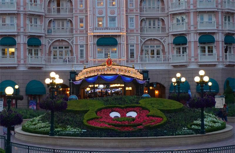 Disneyland Paris - der Parkeingang bei Nacht
