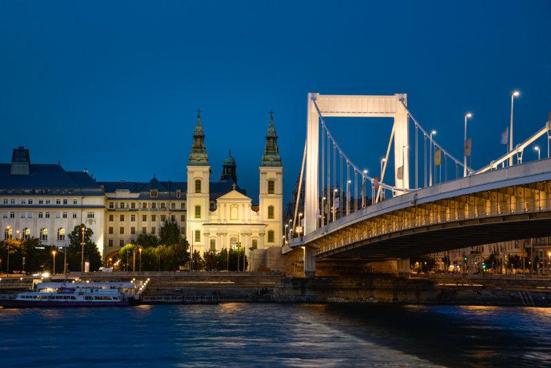 Innerstädtische Pfarrkirche Budapest bei Nacht