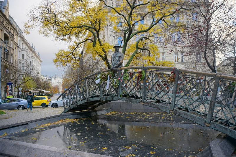 Statue in Budapest Mann auf Brücke