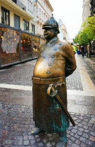 Dicker Polizist Statue in Budapest