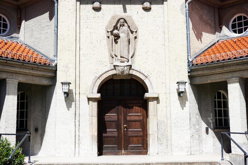 Eingang zur Trauerhalle des Krematoriums