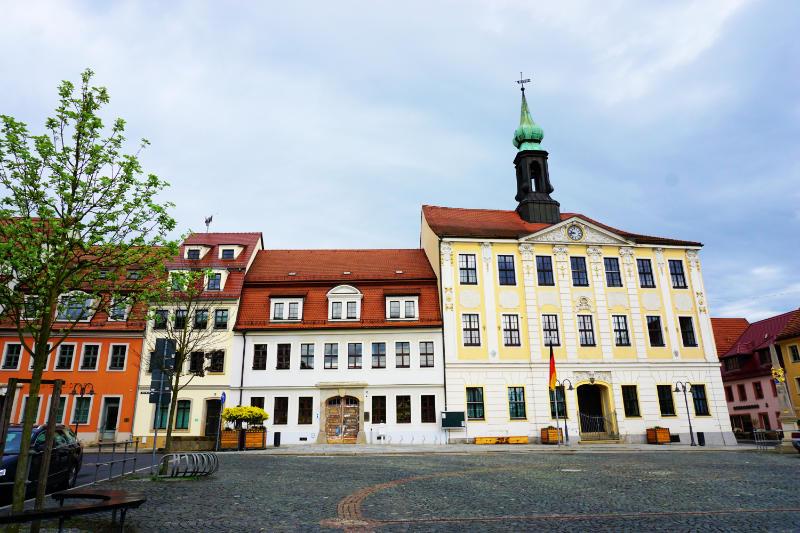 Marktplatz mit dem Rathaus von Radeberg