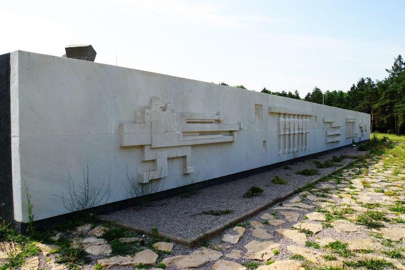 Marmorrelief im Gedenkpark von Niš