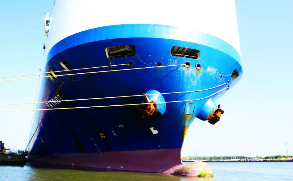 riesiges Schiff im Überseehafen von Bremerhaven