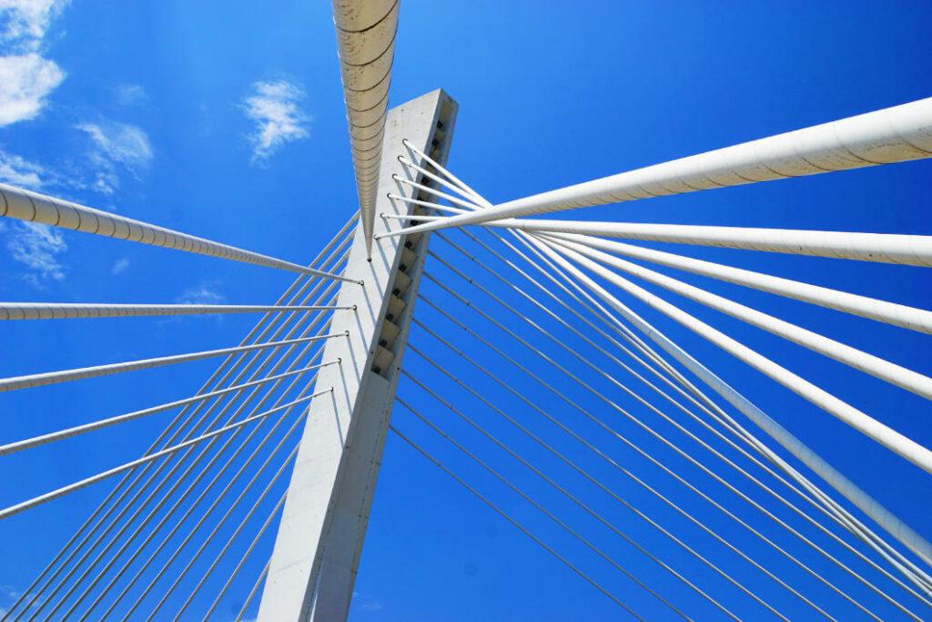 Pfeiler der Millenium Brücke in Podgorica