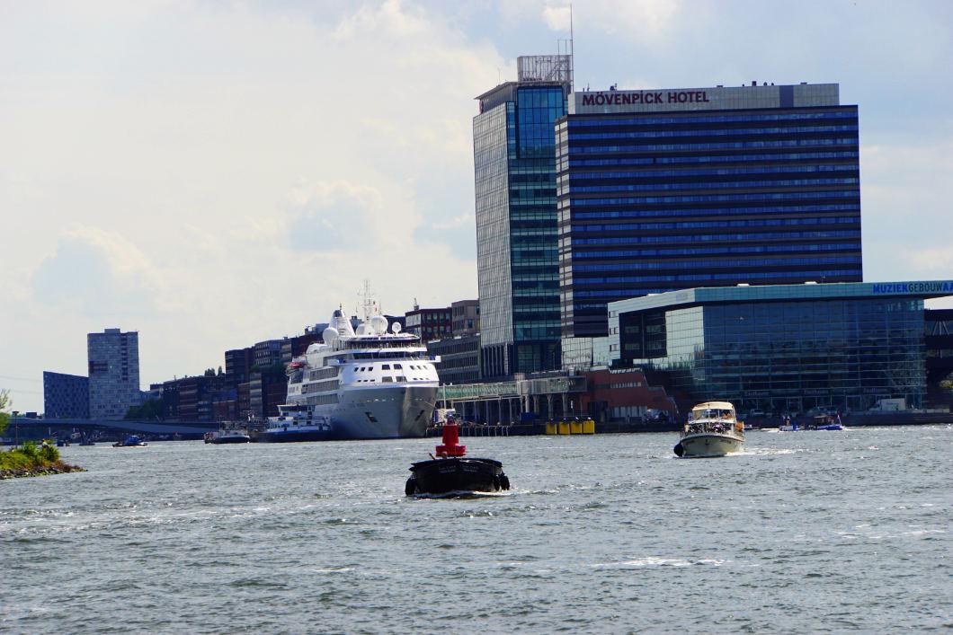 Unterwegs im Hafen von Amsterdam - kostenlose Hafenrundfahrt in Amsterdam