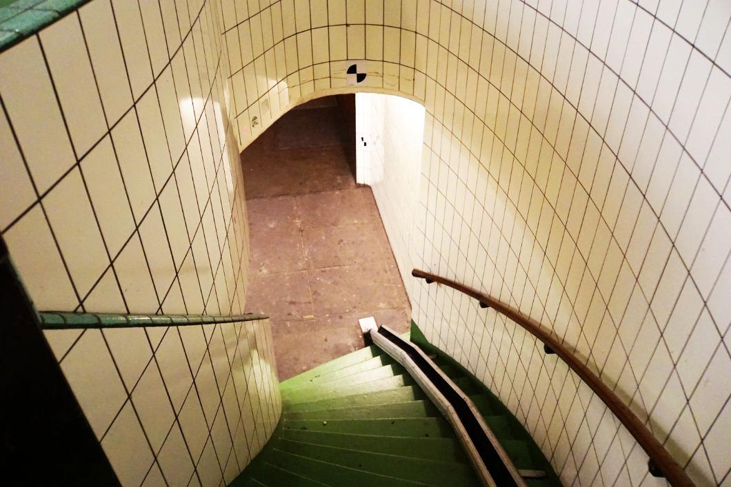 Treppe zum Fußgängertunnel unter der Maas