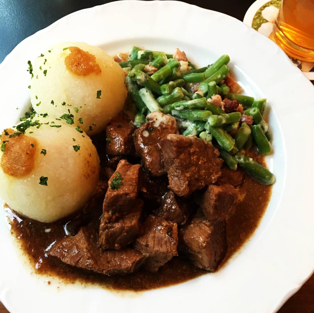 Restaurant Feuerkugel: Erfurter Schwarzbierfleisch mit Klößen