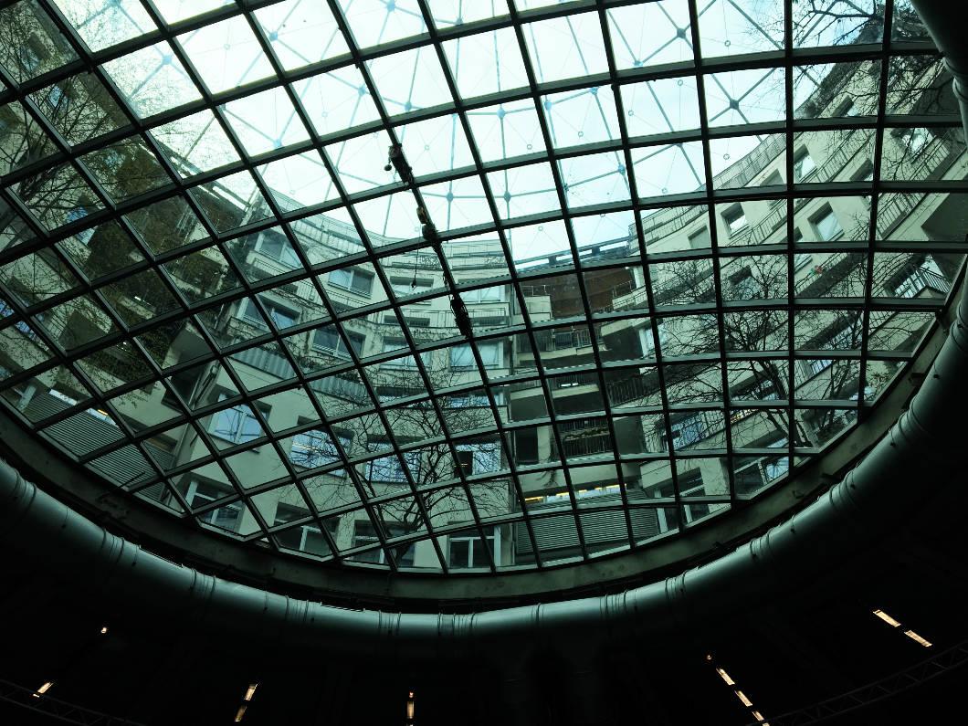 Blick durch das Glasdach Gasometer Wien