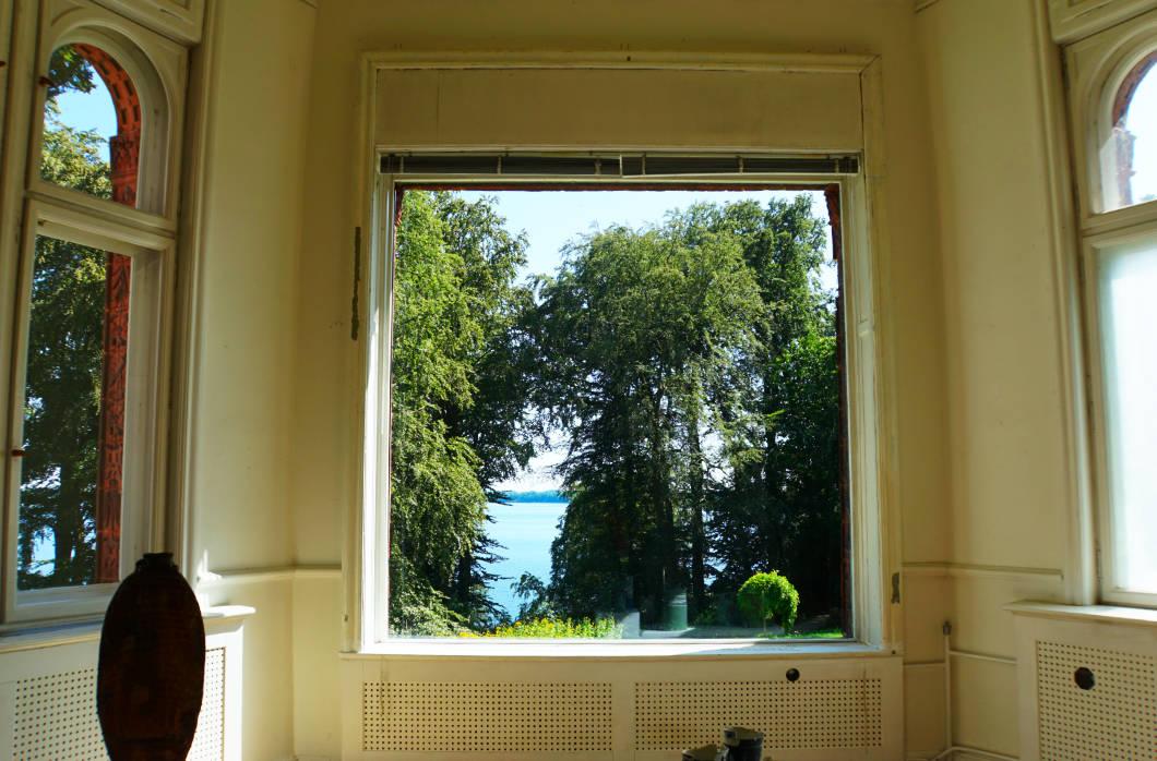 Fensterblick aus dem Schloss Wiligrad zum Schweriner See