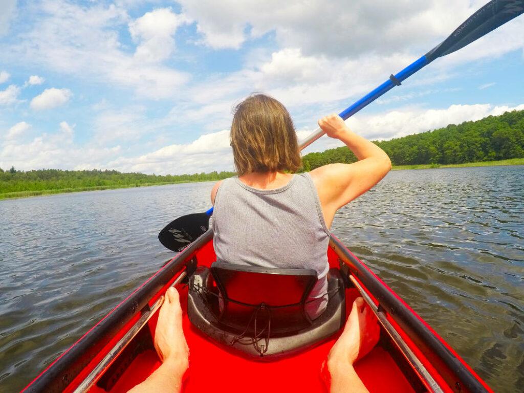 Susanne paddelt in Mirow, Sommerurlaub in der Mecklenburgischen Seenplatte