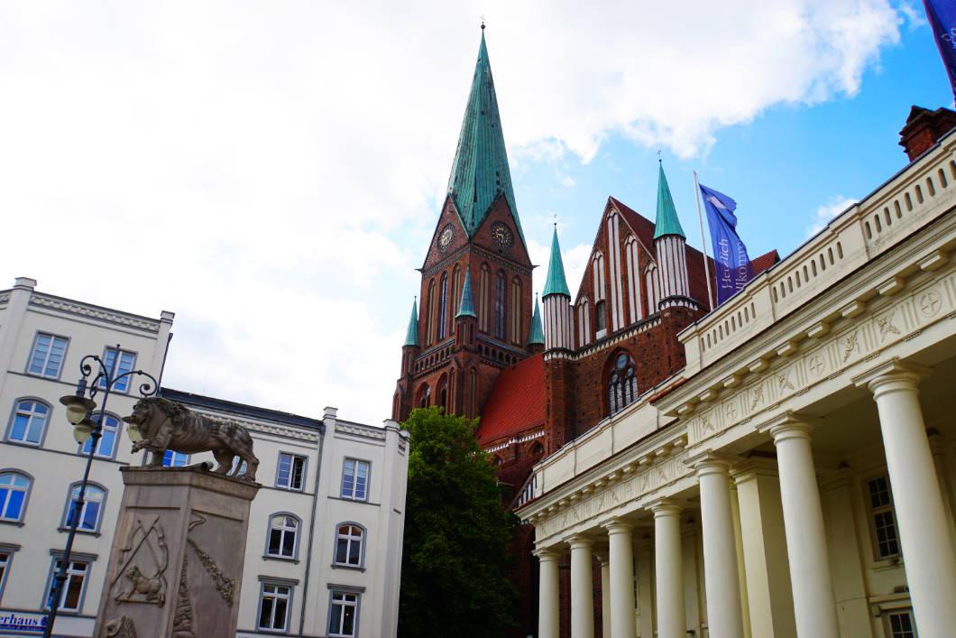 Dom mit Säulengebäude auf dem Schweriner Marktplatz