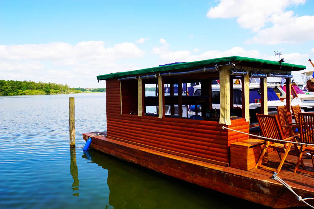 Floß fahren mit einem Hausbootfloß