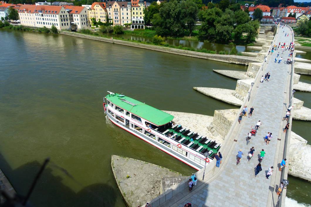 Schiff während der Strudelfahrt in Regensburg
