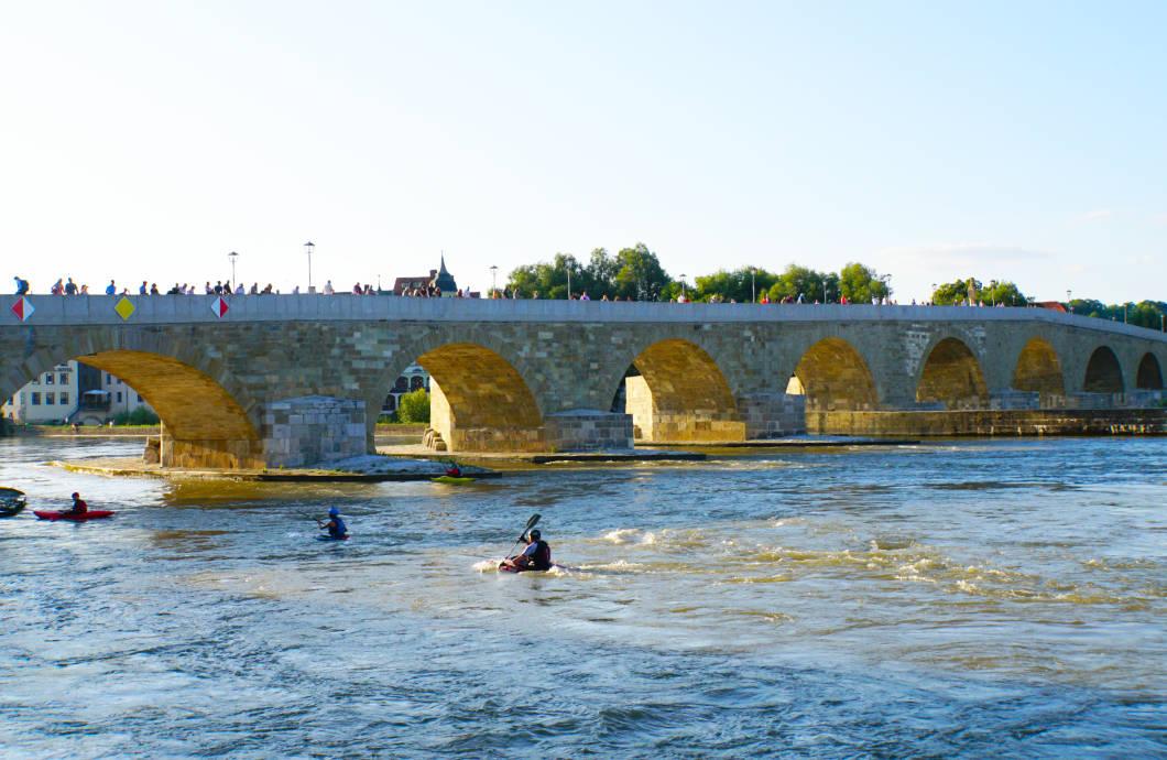 Sportler auf der Donau in Regensburg