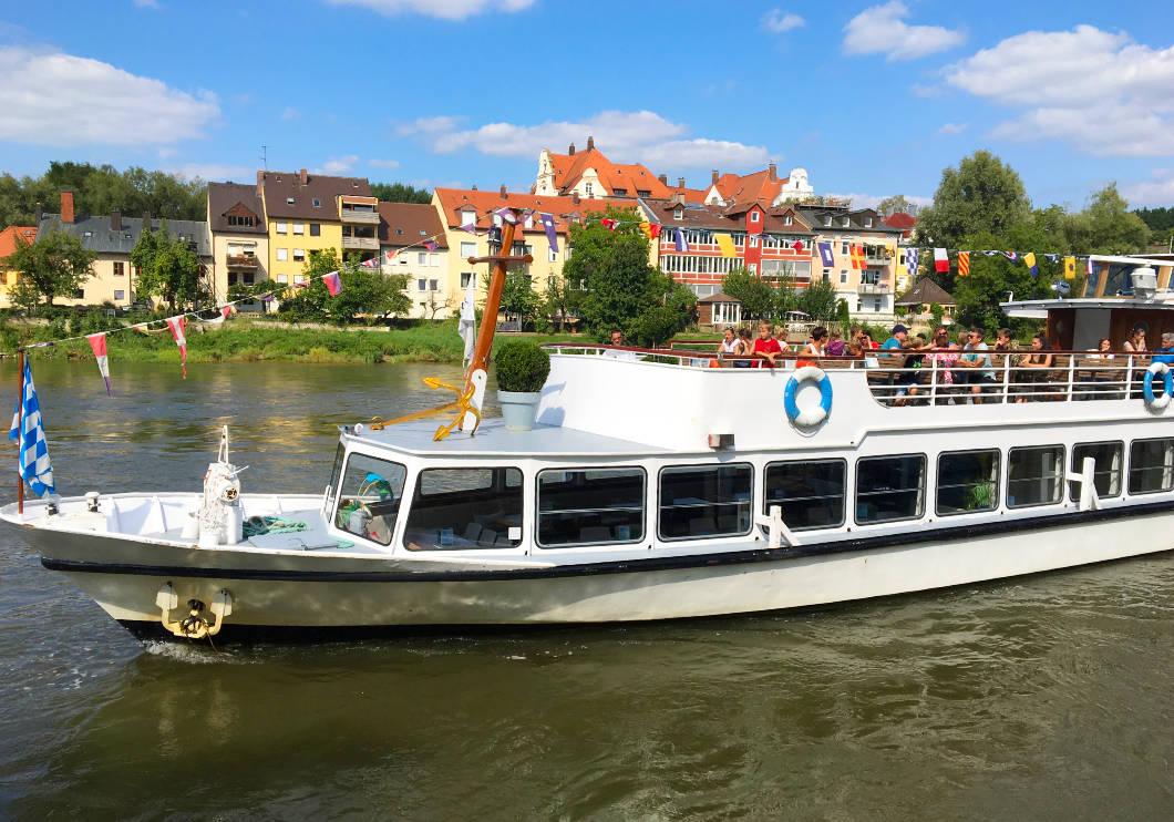 Ausflugsschiff auf der Donau in Regensburg