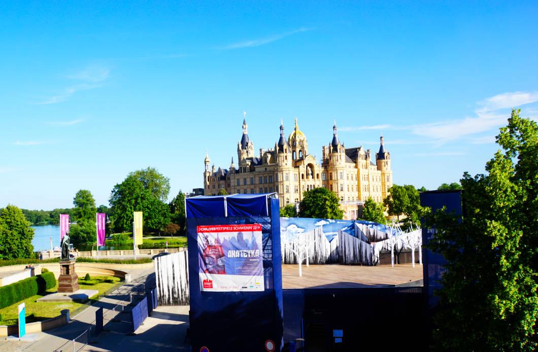 Theaterspielstätte vor dem Schloss in Schwerin