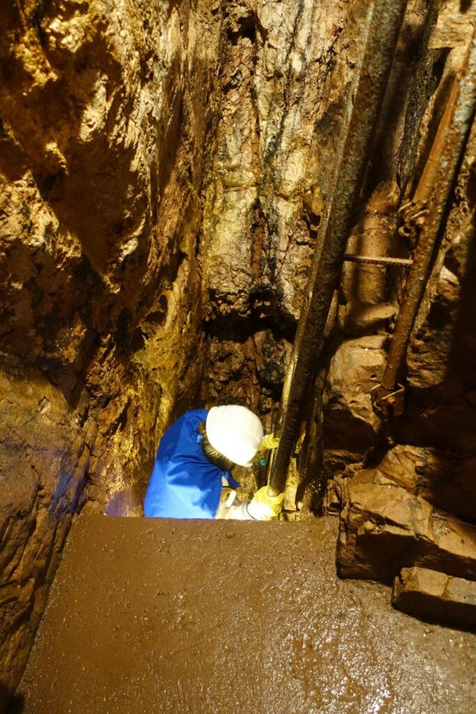 Susanne beim Abstieg im Bergwerk
