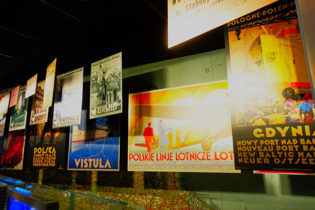 Plakate im Museum in Warschau