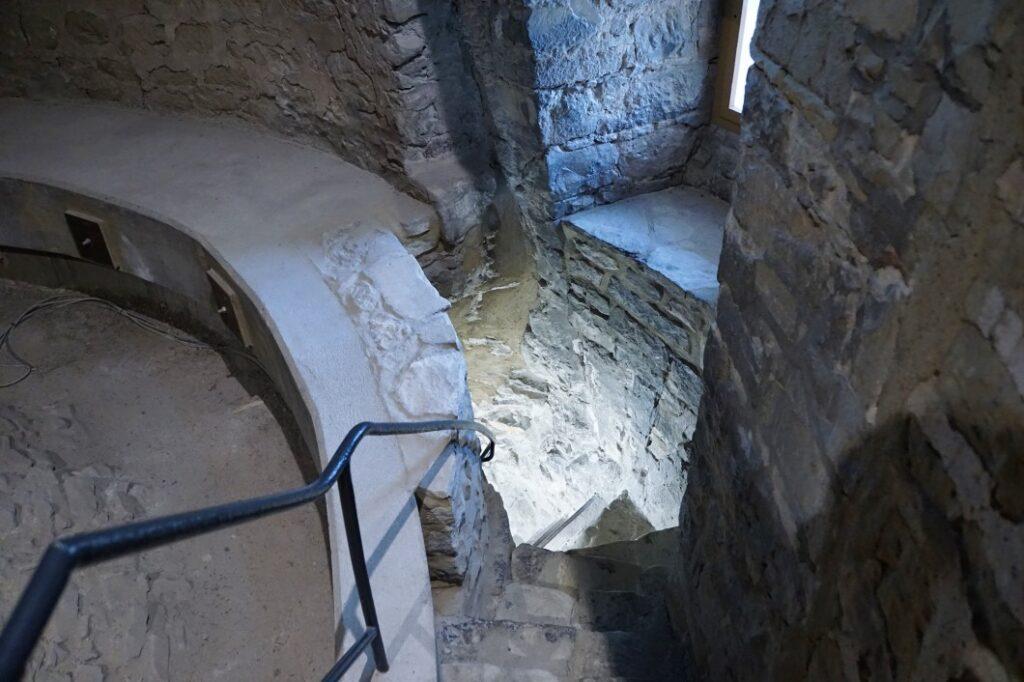 Treppenverlauf im Eulenspiegelturm zwischen den Mauern