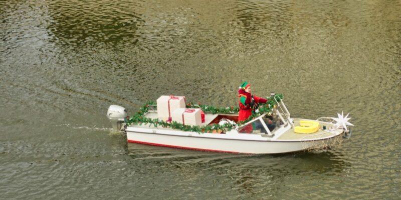 Elf mit Geschenken im Boot, Weihnachtsmarkt in Bernburg