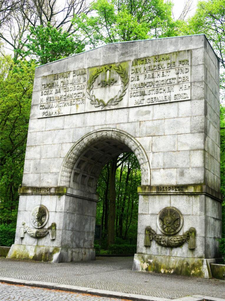 Eingang zur Gedenkstätte Treptower Park