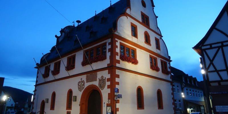 abendliches Rathaus am Main
