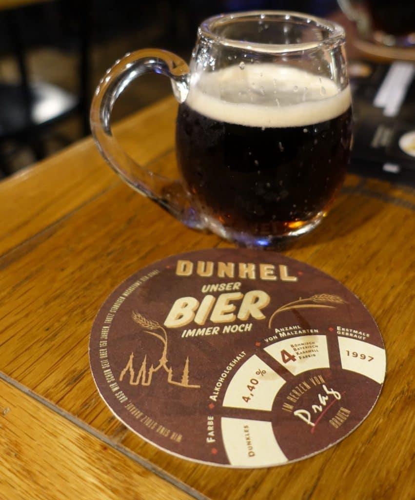 dunkles Staropramen Bier Prag