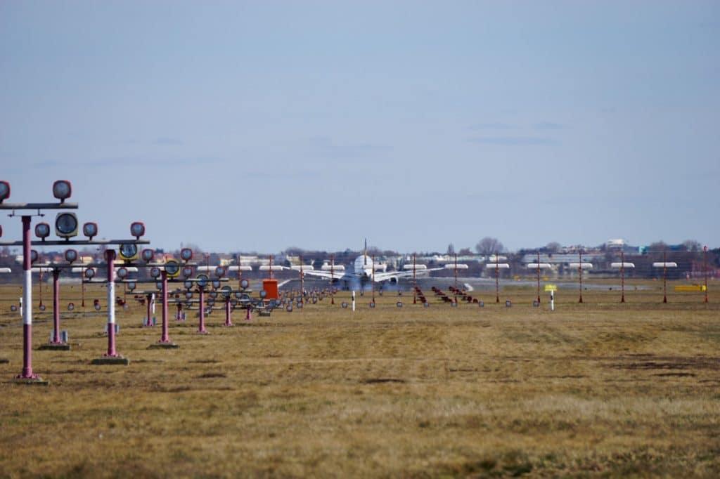 abbremsendes Flugzeug auf der Landebahn