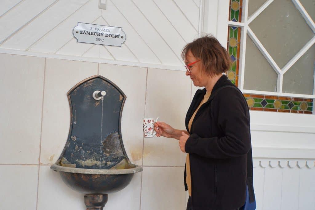 Susanne in Karlsbad bei der Trinkkur