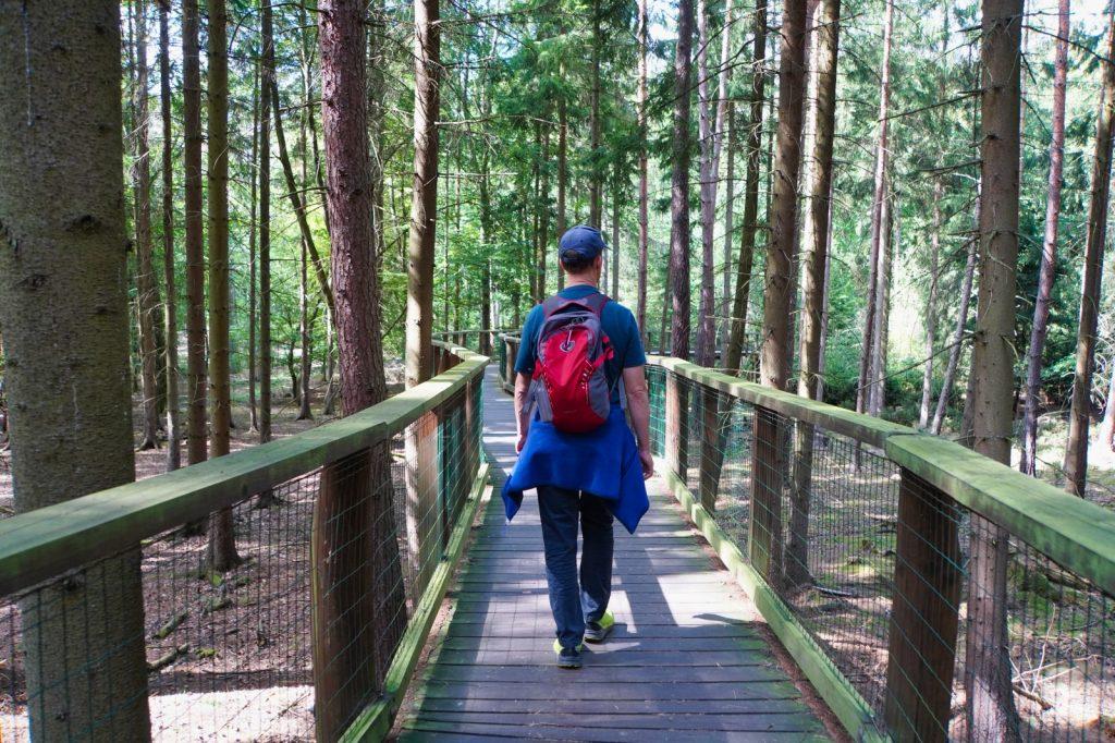 Patrick läuft durch den Wildpark in Karlsbad