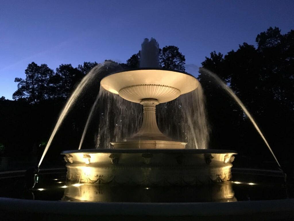 Nachtaufnahme Springbrunnen Sächsischer Garten