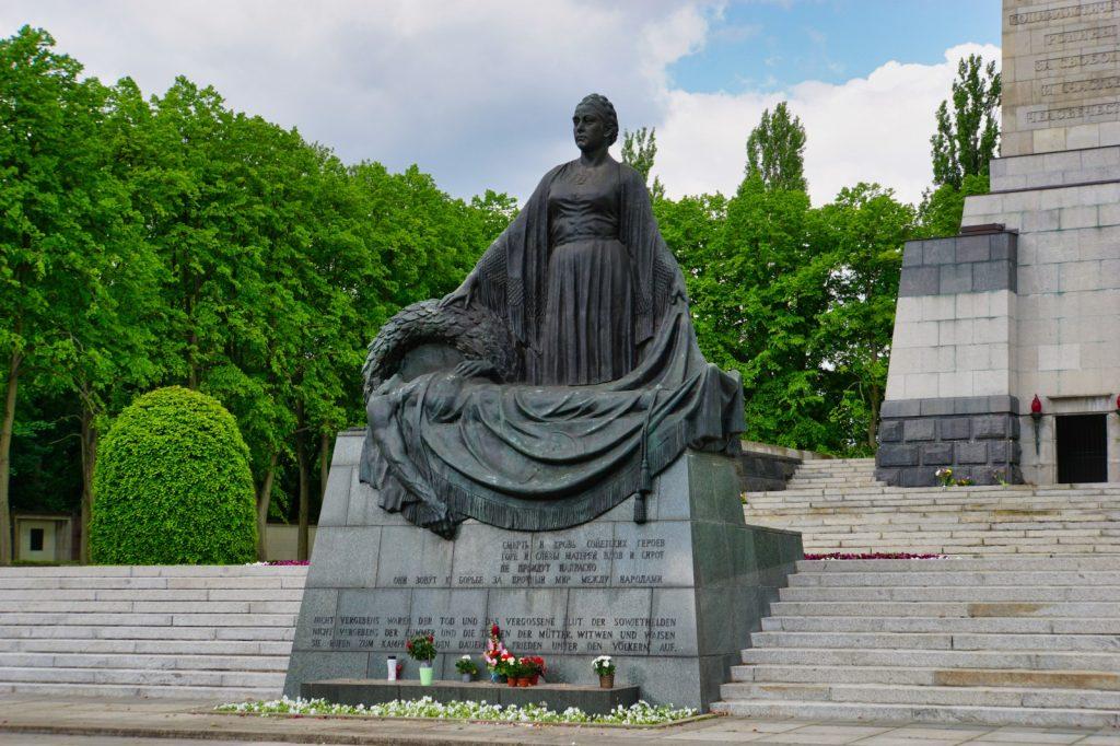 Mutter Heimat - Standbild am Ehrendenkmal