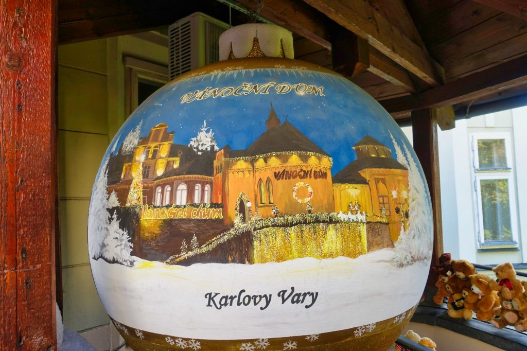 riesige Weihnachtskugel in Karlsbad