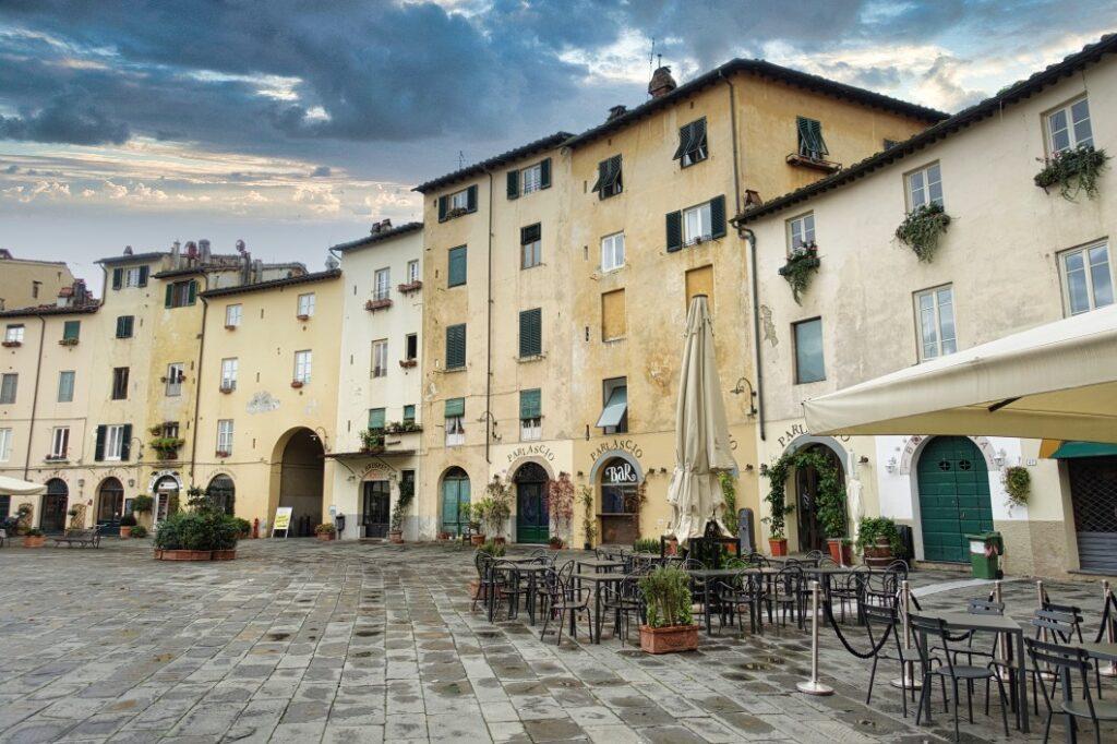 Platz des Amphitheaters in Lucca